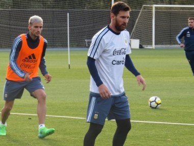 Messi voló desde China a Melbourne y sorprendió con su look.